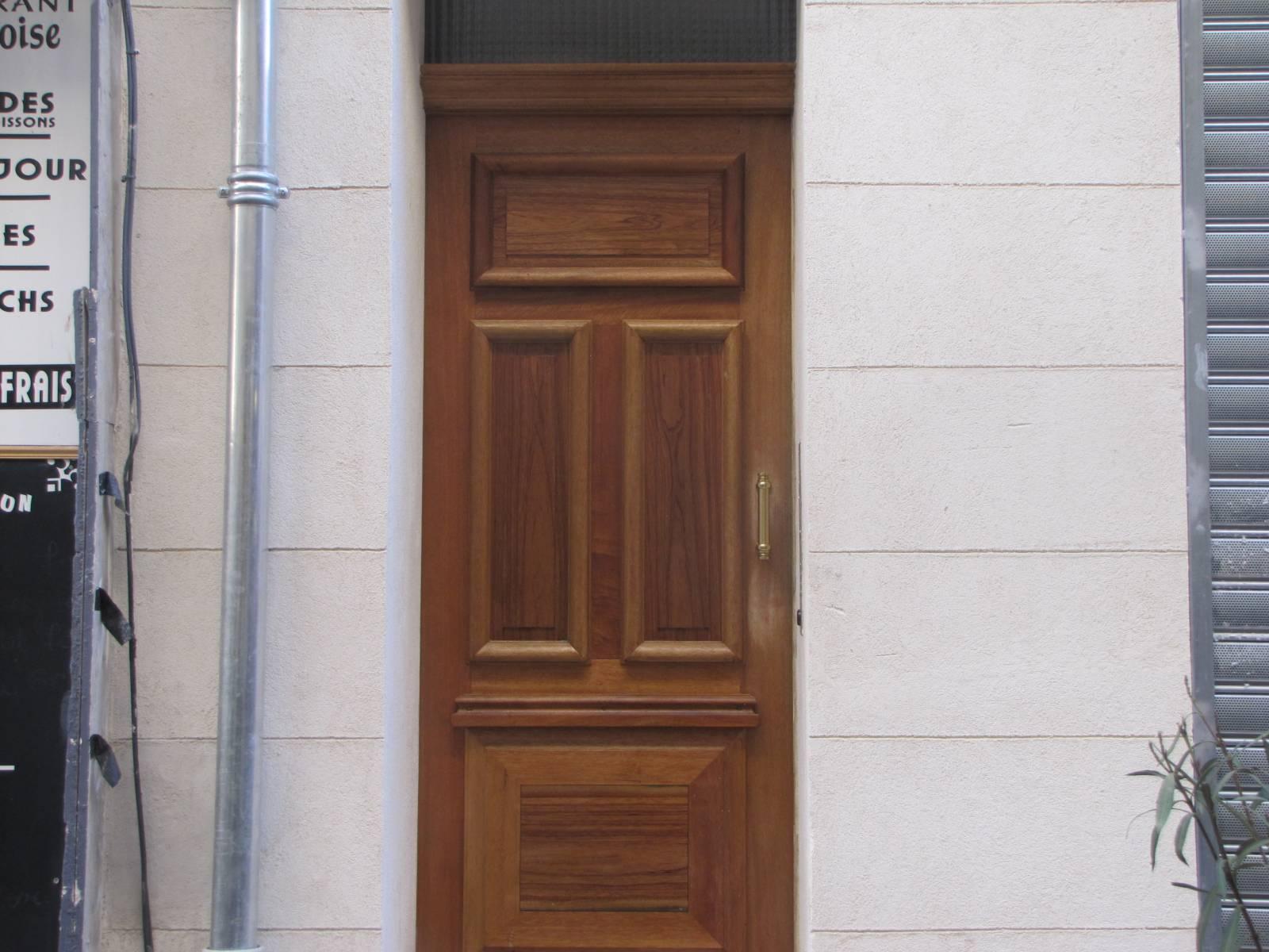 Fabrication Du0027une Porte Du0027entrée De Style à Grand Cadre à Marseille